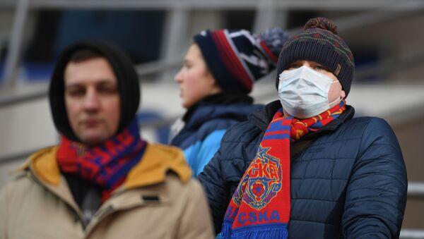Болельщик в медицинской маске - Sputnik Беларусь