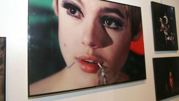 Фотография Эди Седвик на открытии выставки в галерее искусств и моды Галлахера - Sputnik Беларусь