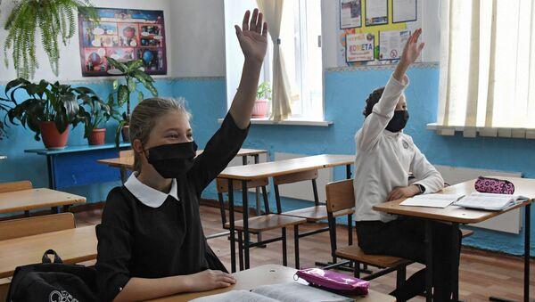 Школьнікі ў масках - Sputnik Беларусь
