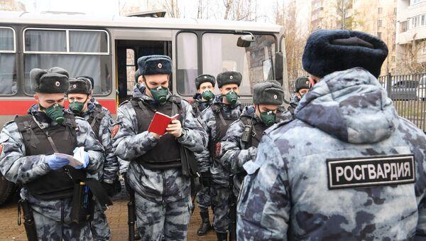 Сотрудники Росгвардии готовятся к патрулированию улиц в Москве - Sputnik Беларусь