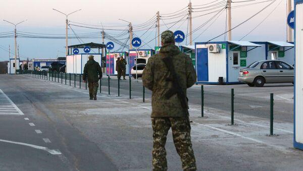 Военнослужащие ДНР на КПП между Украиной и ДНР - Sputnik Беларусь