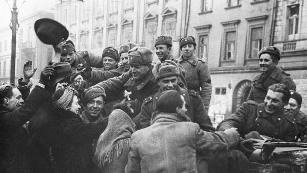 Жители освобожденного Кракова приветствуют бойцов Советской Армии - Sputnik Беларусь