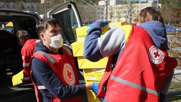 Сотрудники Красного креста регулярно привозят в Дом ночного пребывания помощь: маски, перчатки, антисептики - Sputnik Беларусь