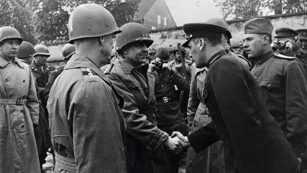 Гвардии генерал-майор Глеб Бакланов здоровается с начальником штаба 1-й американской армии генерал-майором Кином во время встречи с союзными войсками на берегу Эльбы в 1945 году - Sputnik Беларусь