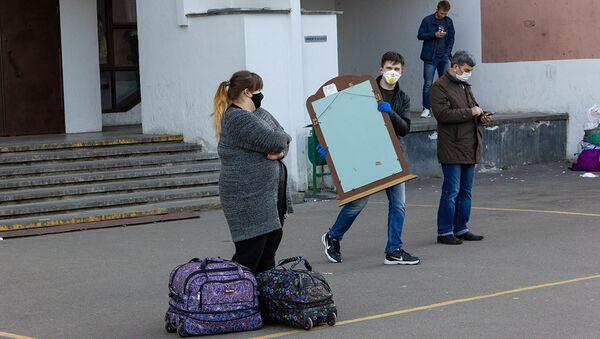 Видеофакт: студенты БНТУ уезжают из общежития №17 - Sputnik Беларусь