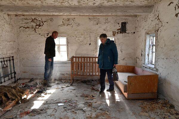 В этом доме семья жила до того, как была вывезена. Смотрите, в каком состоянии теперь находится заброшенный дом - Sputnik Беларусь