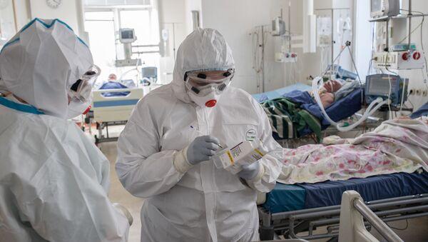 Медыцынскія работнікі ў аддзяленні рэанімацыі і інтэнсіўнай тэрапіі - Sputnik Беларусь