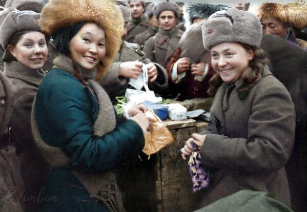 Уручэнне падарункаў воінам 11-й арміі СЗФ членамі мангольскай дэлегацыі, 1942 год. - Sputnik Беларусь