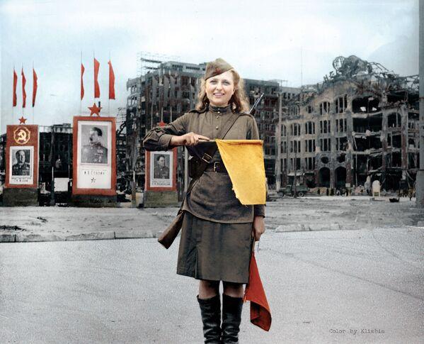 Радавая Люба Разенава на Аляксандэрплац у Берліне. У нямецкім лагеры для ваеннапалонных недалёка ад Магдэбурга, дзе яна два гады знаходзілася ў палоне, Люба сустрэла французскага салдата Анры Лора, і яны планавалі ажаніцца. - Sputnik Беларусь