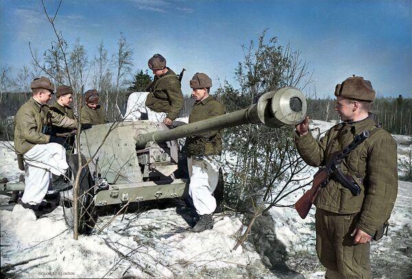 Савецкія байцы разглядаюць гітлераўскую супрацьтанкавую гармату, дастаўленую выведнікамі, 1944 год. - Sputnik Беларусь