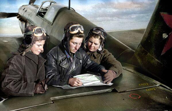 Лётчыцы 586-га знішчальнага авіяпалка Лідзія Літвяк, Кацярына Буданава і Марыя Кузняцова каля знішчальніка. Яны правялі 125 паветраных баёў і збілі 38 самалётаў. Да жніўня 1943 года, калі супраць іх выпусцілі знішчальнікі Messerschmitt, лётчыцы не бралі з сабой парашуты, аддаючы перавагу ўзяць замест іх яшчэ 20 кг бомбаў. - Sputnik Беларусь