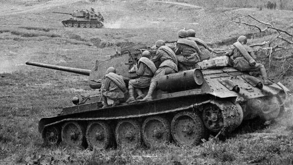 Советские танки Т-34-85 с десантом одного из механизированных корпусов идут в бой за станцию Раздельная в районе Одессы - Sputnik Беларусь