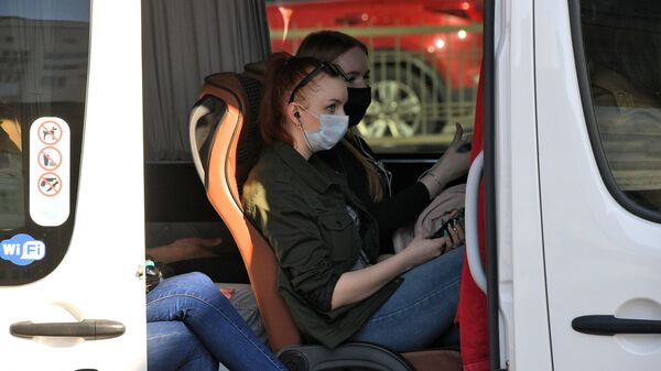 Пассажиры междугородной маршрутки в защитных масках - Sputnik Беларусь