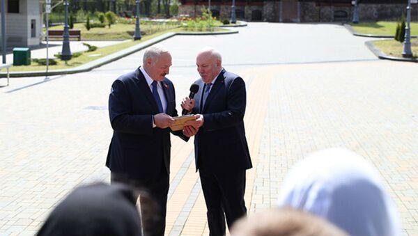 Пасол Мезенцаў падарафваў Лукашэнку кнігу пра ваенныя рарытэты - Sputnik Беларусь