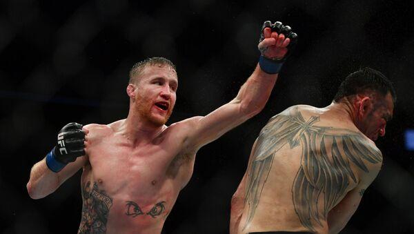 Гэтжи (слева) победил Фергюсона в бою за временный титул UFC в легком весе - Sputnik Беларусь