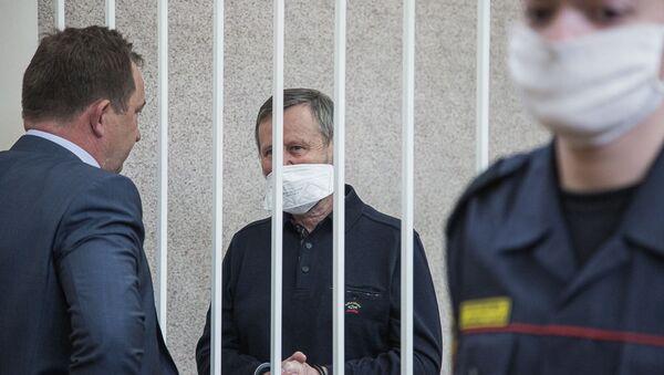 Обвиняемый Илья Карпович разговаривает со своим адвокатом Сергеем Буякевичем перед оглашением приговора - Sputnik Беларусь