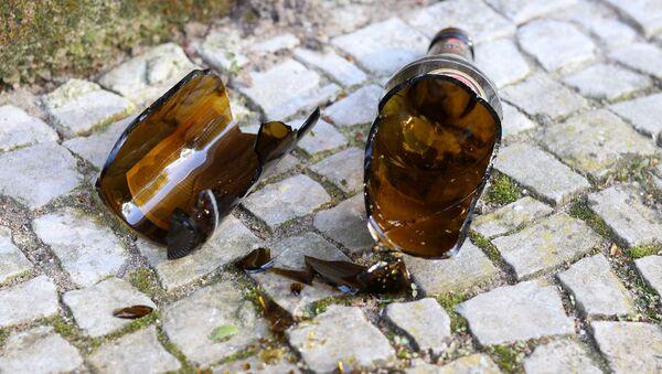 Пустые бутылки на городской скамейке - Sputnik Беларусь