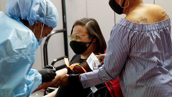 Люди в разных странах мира походят диагностику на антитела к коронавирусу - Sputnik Беларусь