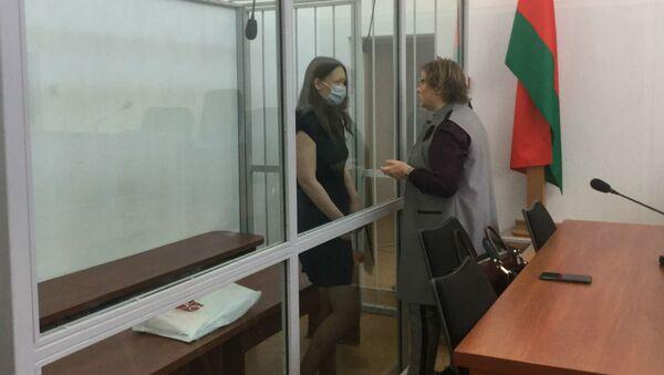 Обвиняемая Виктория Аверьянова перед началом суда беседует с адвокатом - Sputnik Беларусь