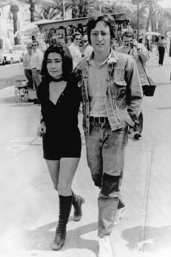 Джон Деннон и его жена Йоко Оно представляли в 1971-м в Каннах короткометражный фильм Апофеоз. - Sputnik Беларусь