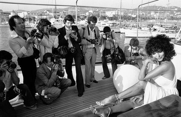 Звезда британского кино Джоан Коллинз приехала в Канны в 1970-м, чтобы представить фильм Сука, приключенческое софт-порно по одноименному роману младшей сестры Коллинз Джеки.  - Sputnik Беларусь