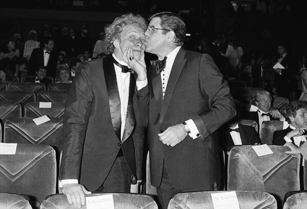 Пьер Ришар со своим американским кумиром комиком Джерри Льюисом в 1983 году в Каннах. - Sputnik Беларусь
