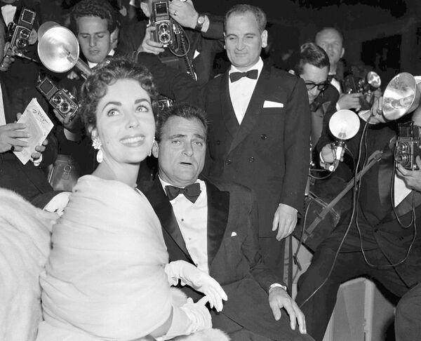Звезда Голливуда Элизабет Тэйлор и ее третий муж кинопродюсер Майк Тодд в окружении фотографов на Каннском фестивале в 1955-м. - Sputnik Беларусь