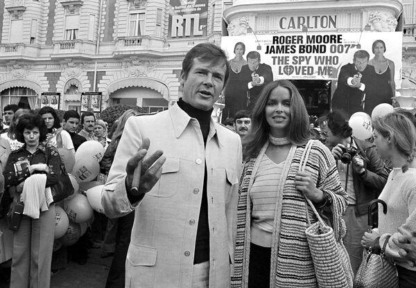 20 мая 1977 года Роджер Мур, по совместительству британский секретный агент Джеймс Бонд, в сопровождении девушки Бонда Барбары Бах представили ленту Шпион, который меня любил. - Sputnik Беларусь