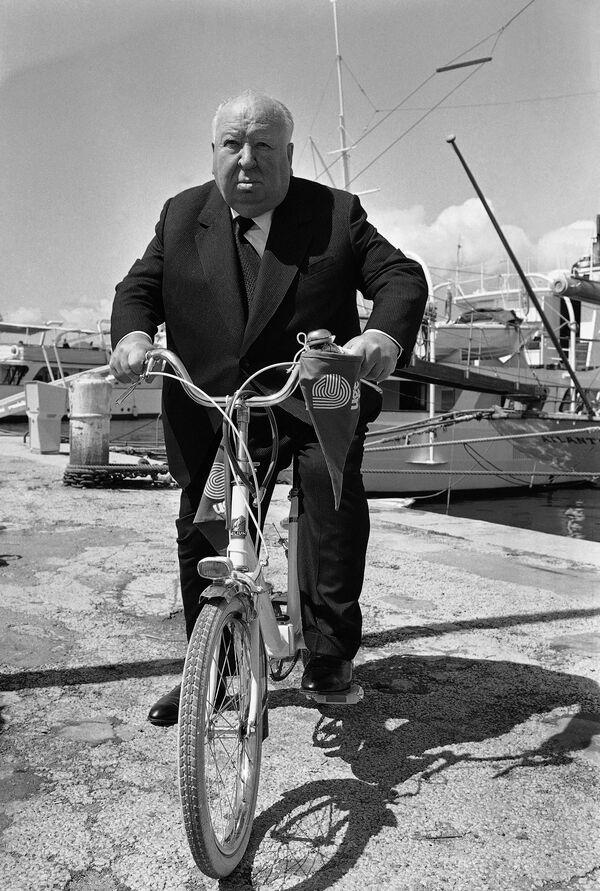 Мастер саспенса режиссер Альфред Хичкок на велосипеде в Каннах в 1972 году. - Sputnik Беларусь
