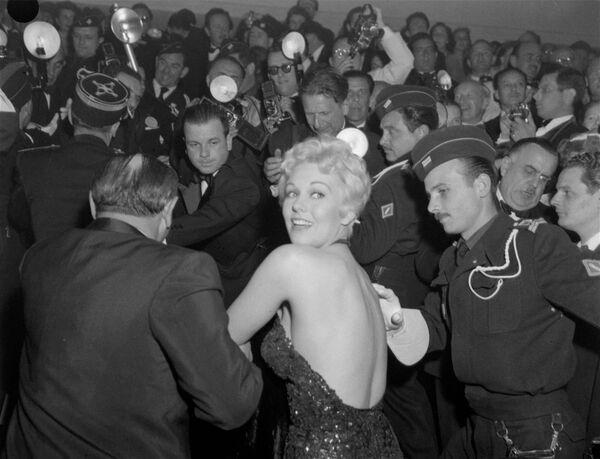 Ким Новак, наиболее известная своей ролью в триллере Альфреда Хичкока Головокружение, была звездой фестиваля в 1956-м. - Sputnik Беларусь