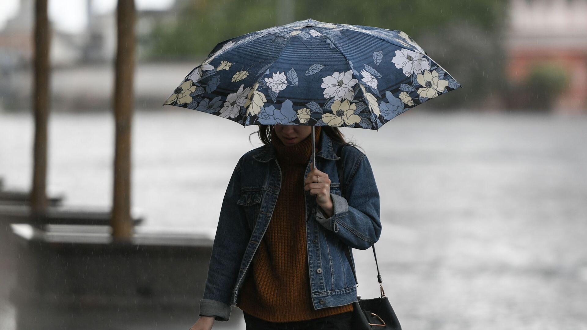 Девушка идет под зонтом во время дождя - Sputnik Беларусь, 1920, 16.09.2021
