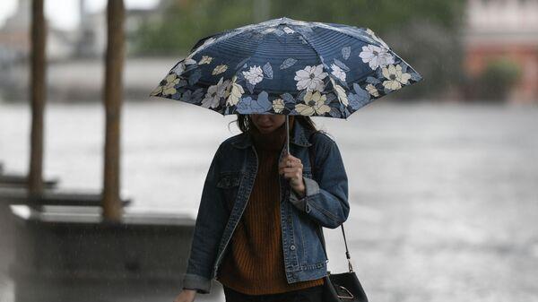 Девушка идет под зонтом во время дождя - Sputnik Беларусь