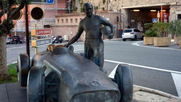 Скульптура гонщика на трассе в Монако - Sputnik Беларусь