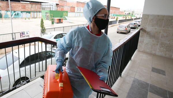 Урач-тэрапеўт заходзіць у дом да пацыента - Sputnik Беларусь