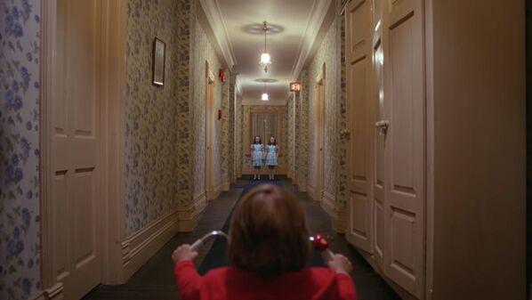 Сияние Кубрика стало классическим хоррором и важнейшей частью кинокультуры. С этого фильма в американском кино появились реалистичные призраки, которых не отличить от живых людей, и дети с паранормальными способностями.  - Sputnik Беларусь