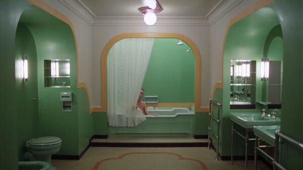 Наружные съемки отеля Оверлук были сделаны в отеле Timberline Lodge на горе Худ в штате Орегон, а съемки в помещении – на студии Эллстри в Лондоне. Менеджмент отеля попросил Кубрика не использовать фигурировавший в романе Кинга номер 217, опасаясь, что никто впредь не согласится там останавливаться. Кубрик сменил номер в фильме на 237, которого в орегонском отеле не было. Теперь в отеле Стэнли, который вдохновил Кинга на написание романа, номер 237 никогда не пустует... - Sputnik Беларусь