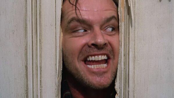 По данным одного американского исследования, самым страшным моментом в истории кинематографа была признана именно эта сцена из фильма Сияние, когда Джек Торранс выламывает топором дверь в ванную.  - Sputnik Беларусь