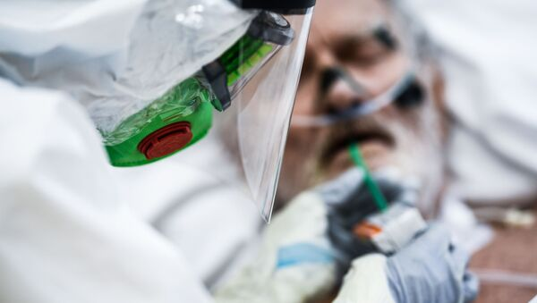 Врач делает больному тест на коронавирус - Sputnik Беларусь