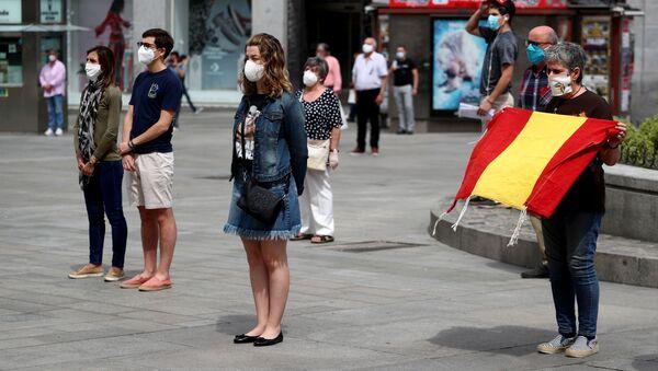 Минута молчания в память жертв коронавируса (COVID-19) в Испании - Sputnik Беларусь