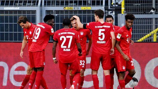 Футболисты Баварии празднуют гол в ворота дортмундской Боруссии - Sputnik Беларусь