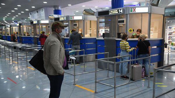 Пасажыры, што прыбываюць у Нацыянальны аэрапорт Мінск - Sputnik Беларусь