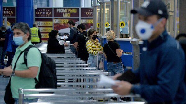 Прибывающие пассажиры в Национальный аэропорт Минск - Sputnik Беларусь