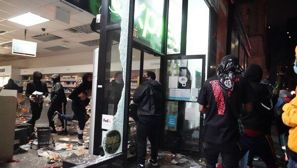 Протестующие грабят магазин во время демонстраций в Нью-Йорке - Sputnik Беларусь