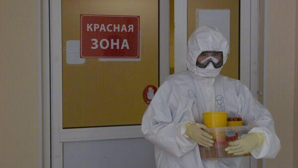 Медыцынскі работнік у бальніцы, дзе лечацца заражаныя COVID-19 - Sputnik Беларусь