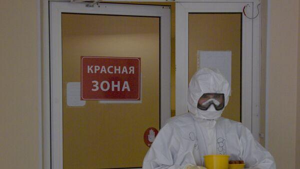 Медыцынскі работнік у бальніцы, дзе лечацца хворыя на COVID-19 - Sputnik Беларусь