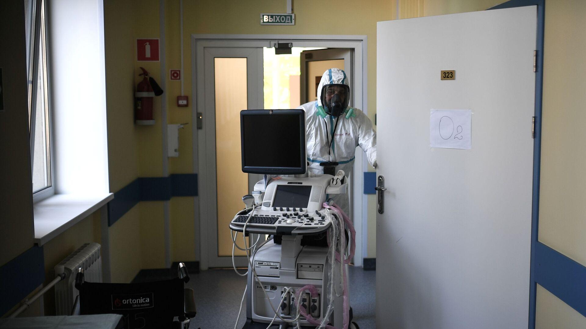 Работа медицинского персонала в красной зоне больницы, архивное фото - Sputnik Беларусь, 1920, 03.10.2021