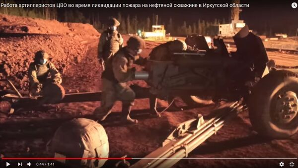 Как противотанковая пушка помогла тушить пожар на нефтяной скважине - видео - Sputnik Беларусь