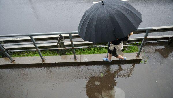 Прохожий под зонтом во время дождя - Sputnik Беларусь
