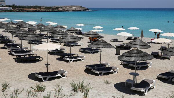 Лежаки на одном из пляжей Кипра - Sputnik Беларусь