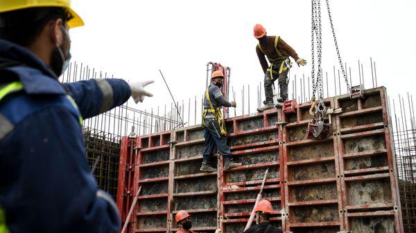 Рабочие на строительстве жилого комплекса - Sputnik Беларусь